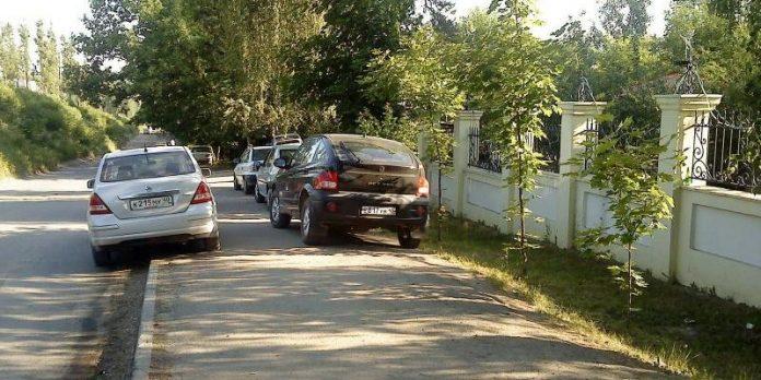 За виїзд автомобіля на тротуар пропонують підняти штрафи і вилучати водійське посвідчення